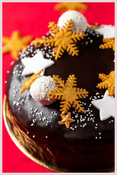 CHRISTMAS CAKE WITH SPICES AND DRIED FRUITS